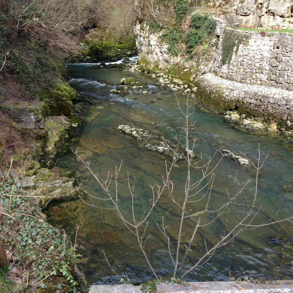 Der Fluss welcher der Höhle entspringt